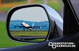 Parkstation Karma - Bild Seitenspiegel mit Flugzeug Frankfurt
